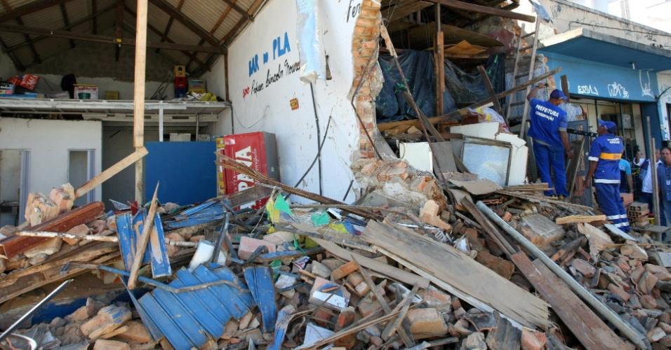 10.jul.2012 - Trabalhadores iniciam a retirada dos escombros do bar que foi invadido por um ônibus, num acidente que deixou seis pessoas feridas em Ramos, subúrbio do Rio de Janeiro, na manhã do último sábado (7)