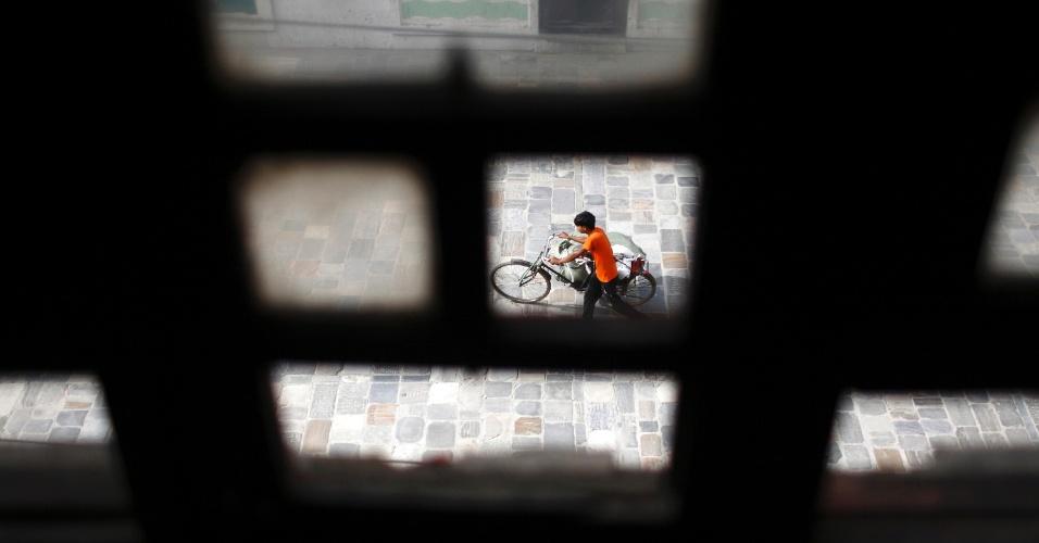 10.jul.2012 - Vista da janela mostra menino empurrando uma bicicleta nas ruas de Katmandu