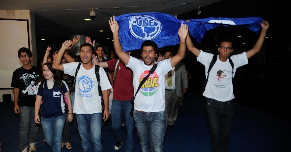 10.jul.2012- Estudantes fazem manifestação no Senado, em Brasília