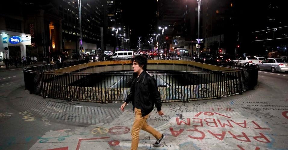 10.jul.2012- Pedestres enfretam noite fria na avenida Paulista, em São Paulo