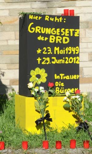 10.jun.2012 - Túmulo de papelão é colocada em frente ao Tribunal Constitucional pelos opositores do euro em Karlsruhe, na Alemanha