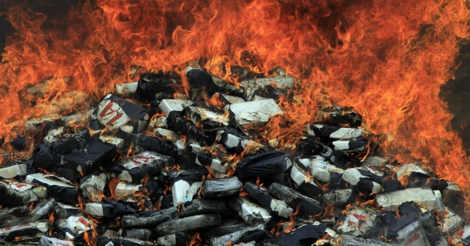 10.jun.2012- Carregamento de cocaína é incinerado em Tegucigalpa, capital de Honduras, nesta terça-feira (10). A droga foi apreendida pelo do Departamento Americano Antidrogas (DEA), que abateu um avião de bandeira colombiana na região