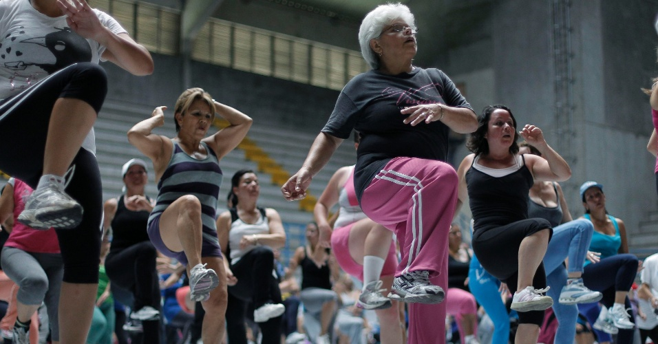 10.jun.2012- Mais de 300 mulheres participam de aula de aeróbica em San José, capital da Costa Rica, nesta terça-feira (10), como parte de um programa de saúde pública