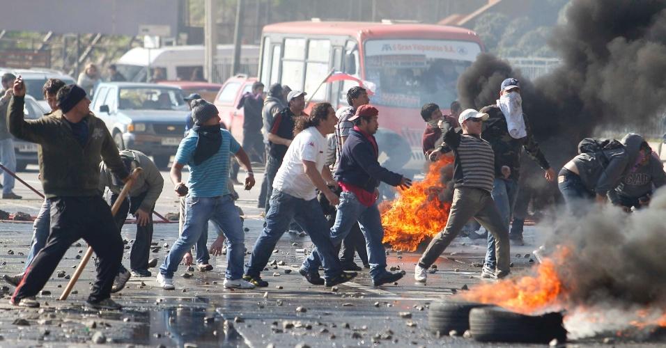 10.jun.2012- Pescadores de Valparaíso, no Chile, agridem policiais durante um protesto contra lei proposta pelo governo que regulamenta a atividade pesqueira