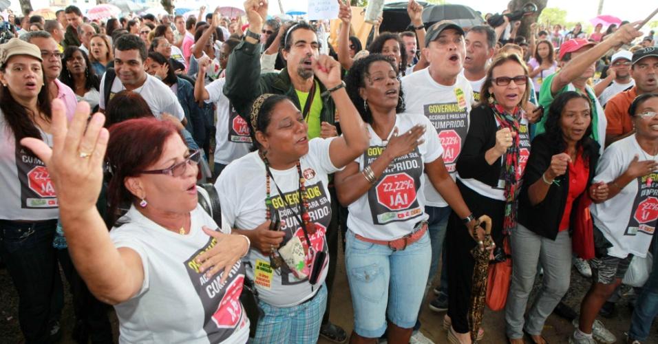 10.jun.2012- Professores em greve realizam assembleia nesta terça-feira (10) ao lado da Secretaria de Educação de Salvador
