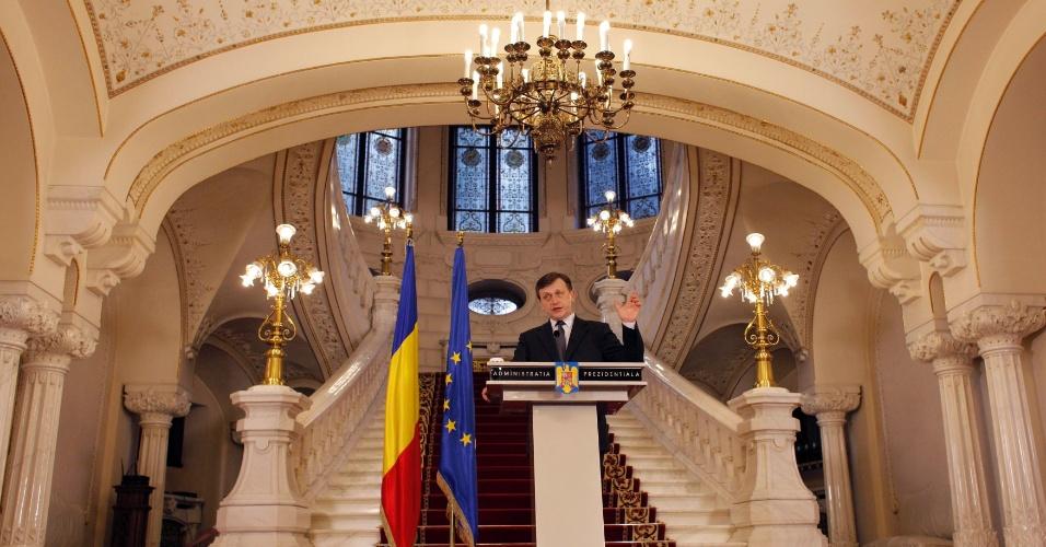 10.jun.2012-O presidente interino da Romênia, Crin Antonescu, dá seu primeiro informe público nesta terça (10). Começou na segunda-feira (9) um processo de impeachment do presidente Traian Basescu