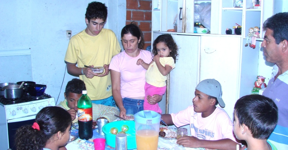 11.jul.2012 - Fam&#237;lia que adotou cinco irm&#227;os de uma vez em Sorocaba &#40;SP&#41; viu os gastos com comida aumentar consideravelmente; s&#227;o consumidos, diariamente, 25 p&#227;es, um quilo de feij&#227;o e outro de arroz 