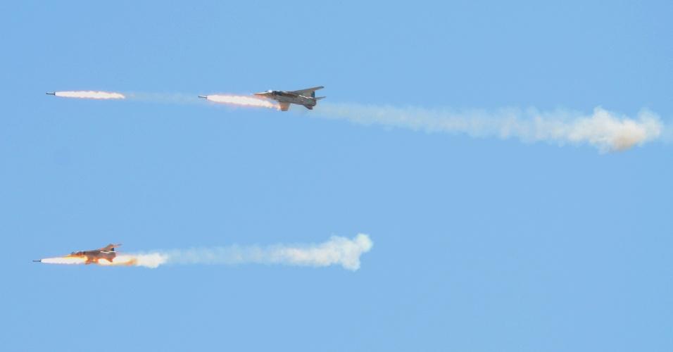 12.jul.2012 - Foto divulgada pela Agência de Notícias da Síria mostra aeronaves militares sírias em exercício de munições em um local não revelado Reuters