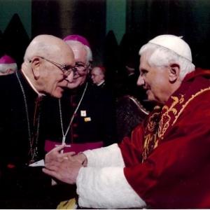 Dom Eugênio Sales saúda o papa Bento 16 em imagem de 2007