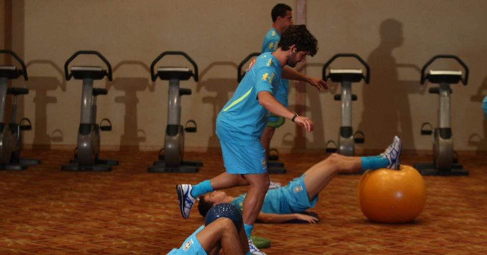 Alexandre Pato e Neymar realizam atividade na academia do hotel no Rio de Janeiro onde a seleção está concetrada