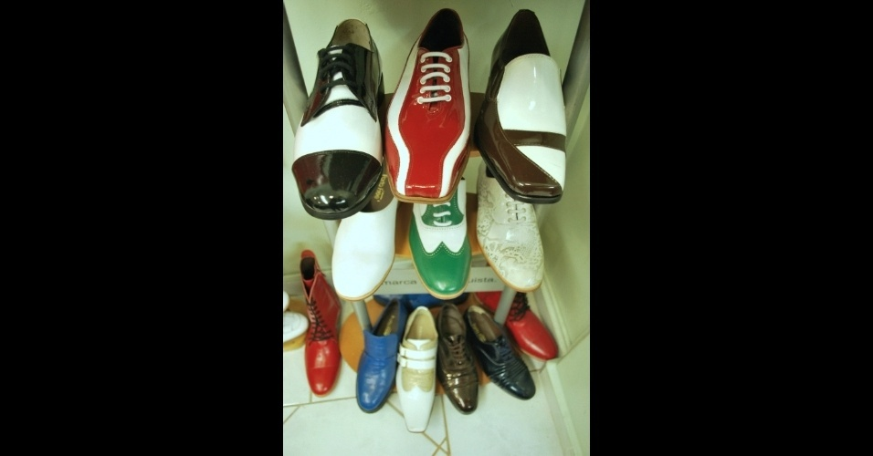 """Calçados artesanais da Porto Free, loja que ainda dispõe do sapato feito à mão, porém não trabalha mais com o """"sob medida"""""""