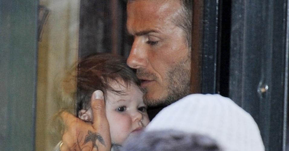 David Beckham é fotografado ao sair do restaurante Balthazar, no bairro do Soho, emNova York, com a bebê Harper de sete meses (12/2/12)