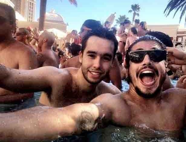 Em Las Vegas, o ator Caio Castro e um amigo se divertiram em uma festa na piscina de um hotel nos EUA (9/7/12)