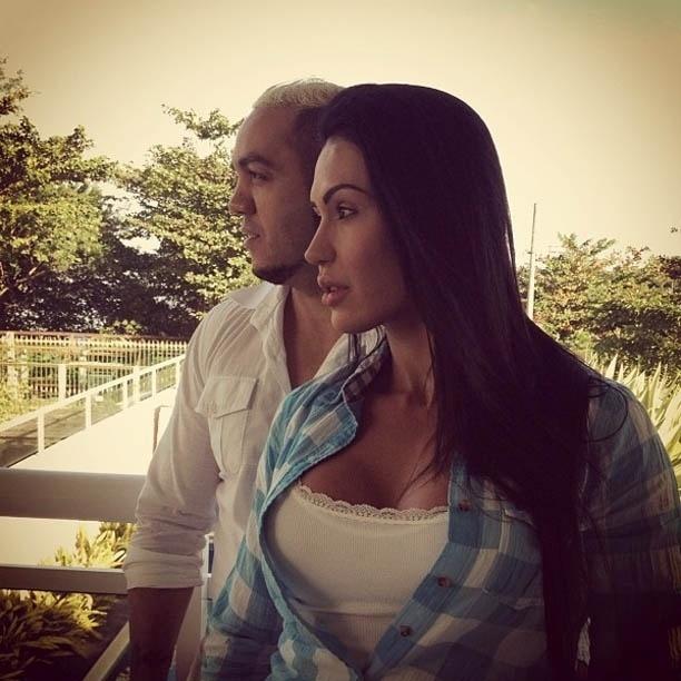 Gracyanne Barbosa divulga imagem em momento romântico com Belo (10/7/2012)