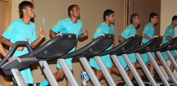Jogadores do Brasil treinam nas esteiras da academia no hotel no Rio
