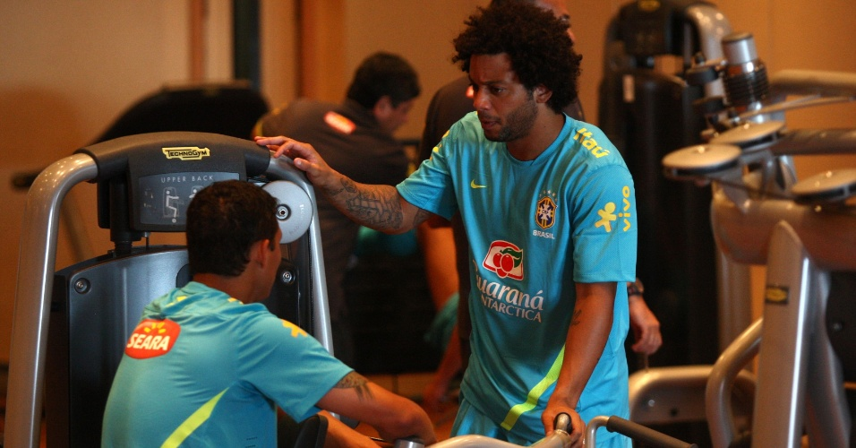 Lateral Marcelo conversa com Thiago Silva na concentra&#231;&#227;o da sele&#231;&#227;o brasileira para Londres 2012