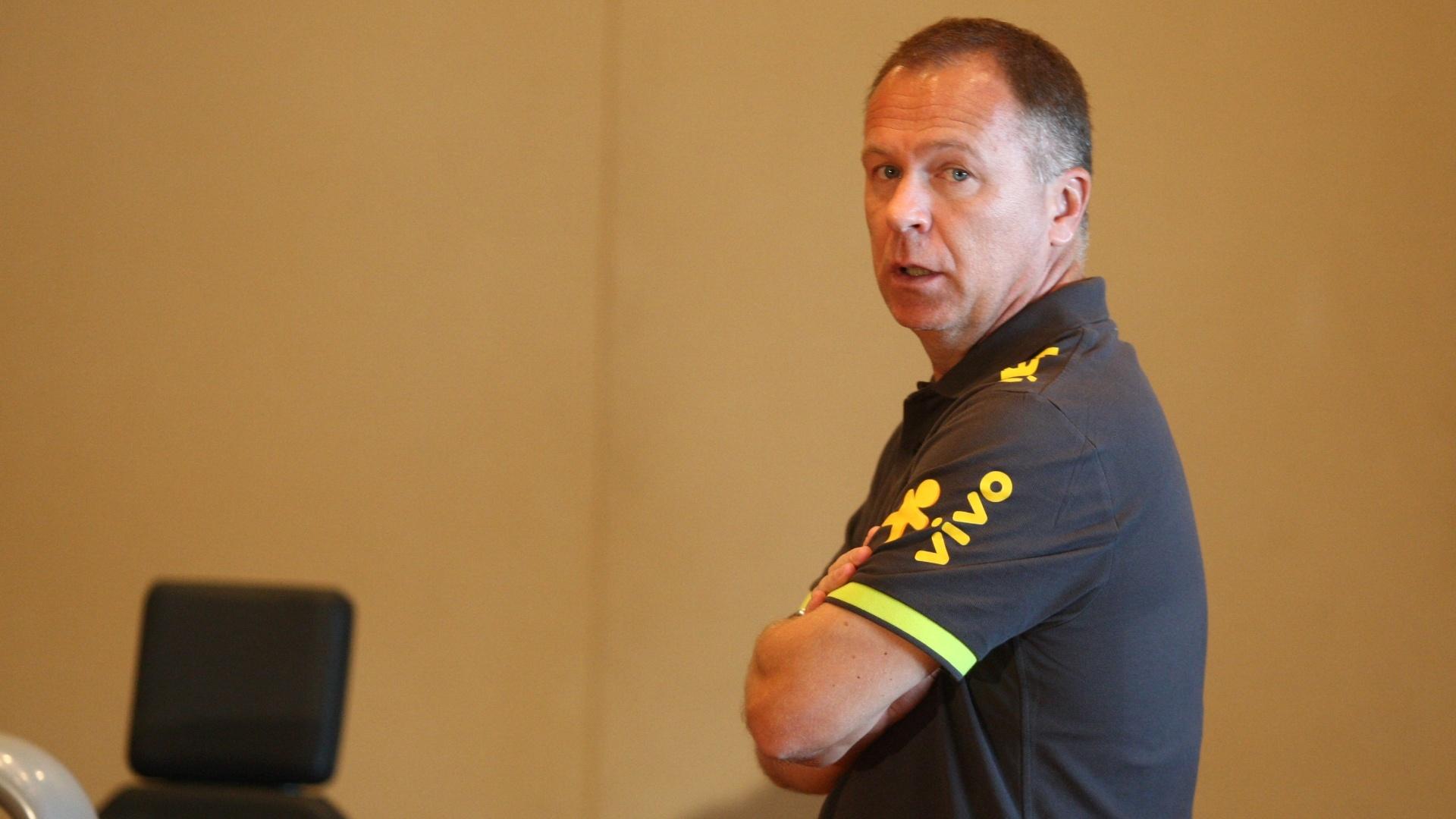 Mano Menezes comanda preparação dos jogadores para as Olimpíadas na academia do hotel onde a seleção está concentrada