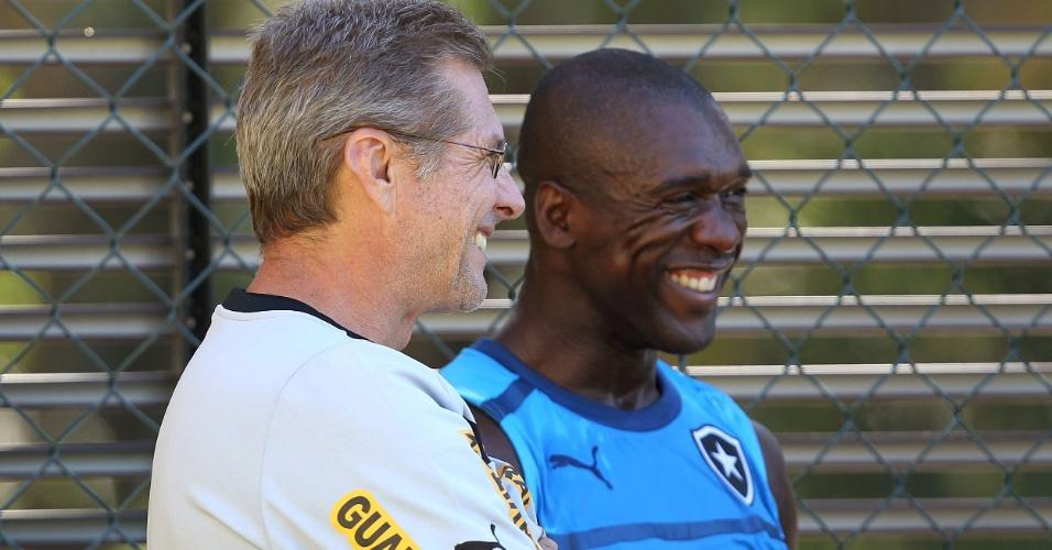 Oswaldo de Oliveira e Seedorf sorriem em conversa durante treino do Botafogo (10/07/2012)