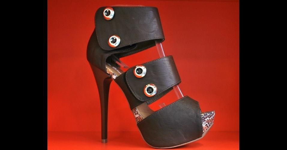 Sapato da Au Bottier. A loja e sapataria faz calçados sob encomenda e reformas