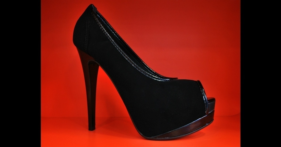 Sapato modelo peep toe criado na Au Bottier