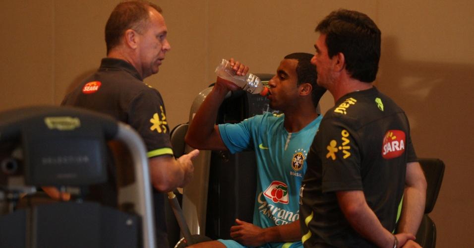 Técnico Mano Menezes e diretor de seleções, Andres Sanchez, conversam com atacante Lucas na concentração da seleção brasileira