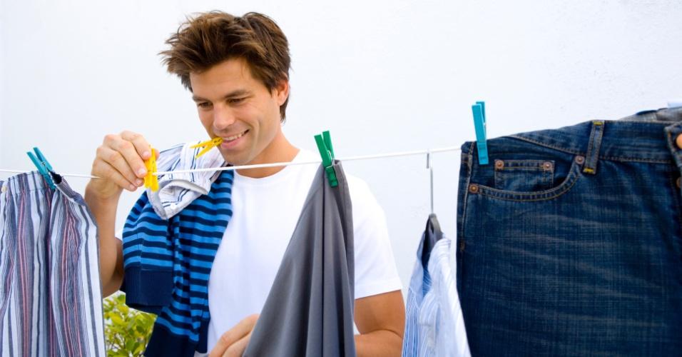 varal, roupas no varal, roupas tomando sol no varal, homem pendurando roupas no varal