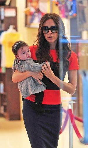 Victoria Beckham leva a filha de quatro meses, Harper, para fazer compras com ela no centro de Manhattan em Nova York, EUA. A estilista é mãe de três meninos (Romeo, 10, Brooklyn,15, e Cruz, 7) (15/11/11)