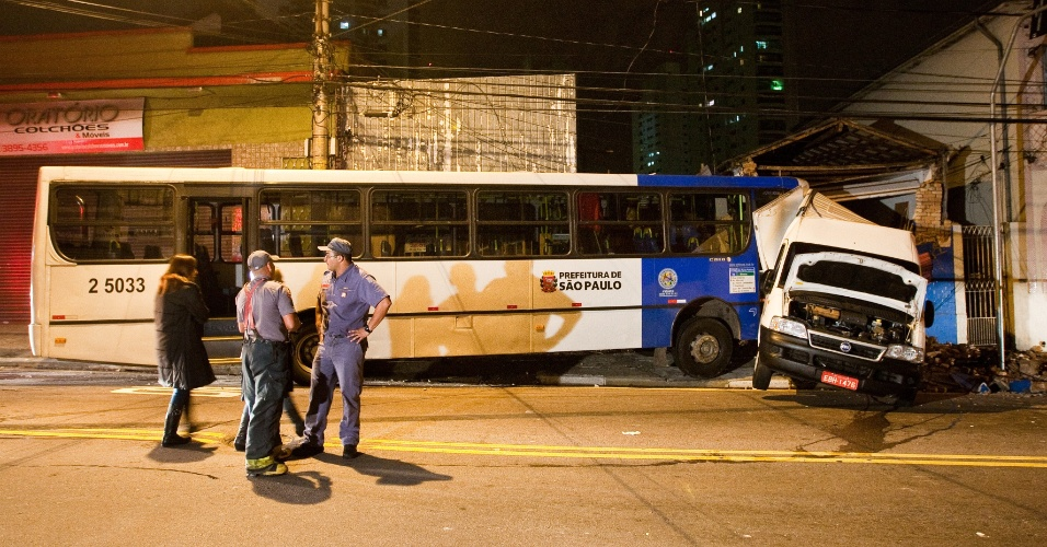 11.jul.2012 - acidente entre &#244;nibus e van deixa um ferido na zona leste de S&#227;o Paulo