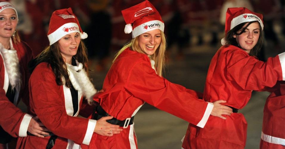 11.jul.2012 - Australianos tentam bater recorde mundial de papais noéis patinadores no gelo