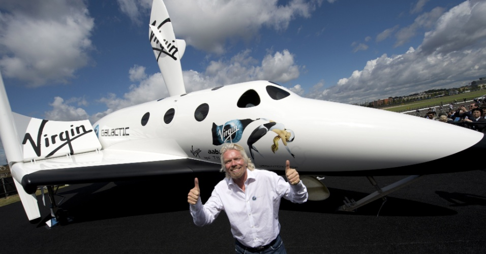 11.jul.2012 - O bilion&#225;rio brit&#226;nico Richard Branson posa em frente a um modelo de aeronave da Virgin Galactic em Hampshire, na Inglaterra. Ele anunciou o &#34;LaucherOne&#34;, lan&#231;ador de foguetes especialmente desenhado para colocar pequenos sat&#233;lites em &#243;rbita. A empresa espera iniciar os primeiros voos orbitais comerciais em 2016 