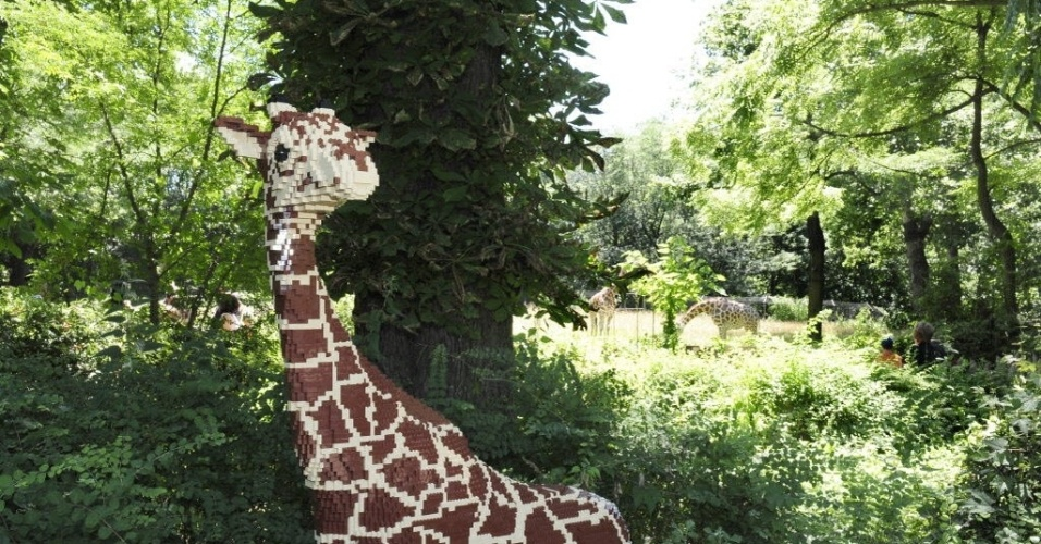 11.jul.2012- Girafa constru&#237;da com pe&#231;as de  lego &#233; uma das atra&#231;&#245;es de zool&#243;gico do Bronx, em Nova York