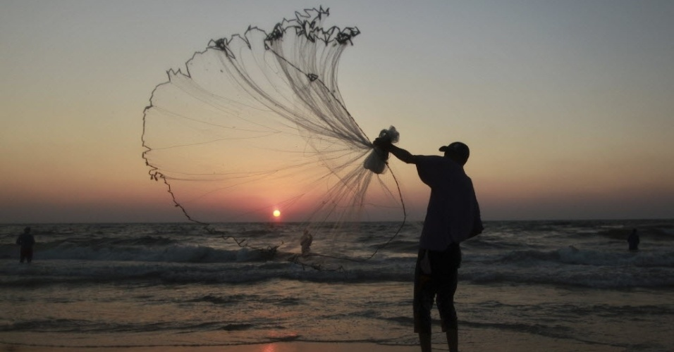 11.jul.2012- Pescador palestino &#233; visto em final de tarde em Gaza