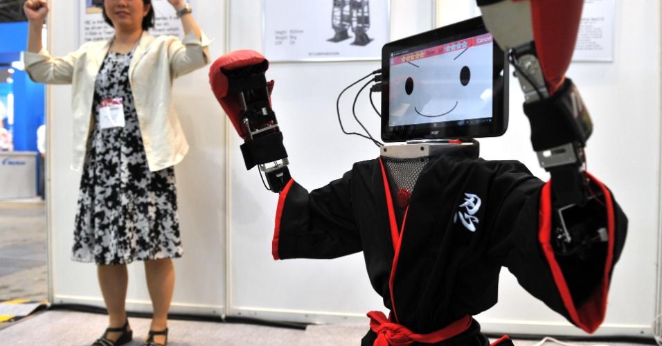11.julho.2012 - Com cabeça de tablet e roupa de lutador, robô RIC90 imita movimentos de humanos. O modelo foi apresentado durante a feira de robótica Robotech