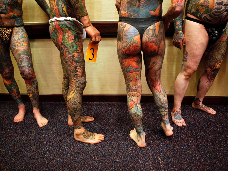 13.abr.2012 - Homens com o corpo todo tatuagem participam de competição em Cincinnati, Ohio (EUA)