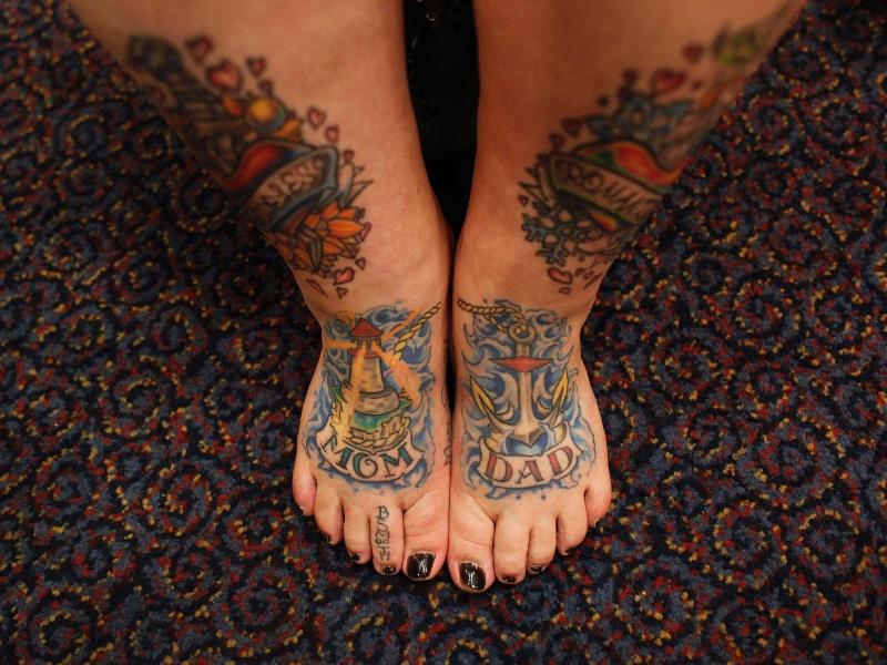 13.abr.2012 - Keisha Holcomb, 31, de Fort Collins, no Colorado, mostra suas tatuagens