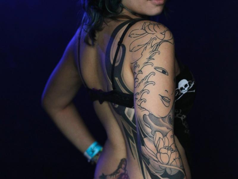16.jun.2012 - Garota posa para fotos durante convenção de tatuagens na Cidade do Panamá
