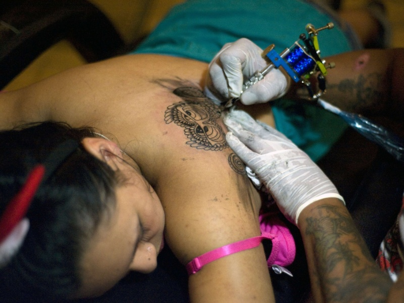 19.mai.2012 - Garota participa de conven&#231;&#227;o de tatuagem na Guatemala