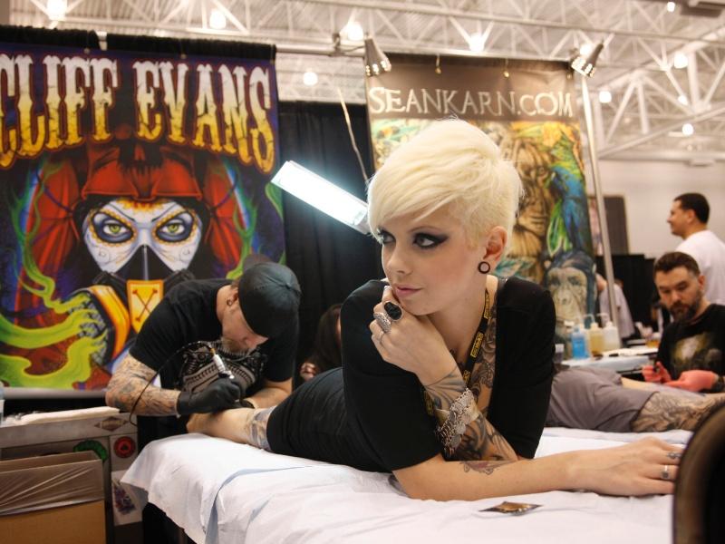2.mar.2012 - Mulher faz tatuagem no Festival de Hampton Roads Tattoo, na Virgínia (EUA)