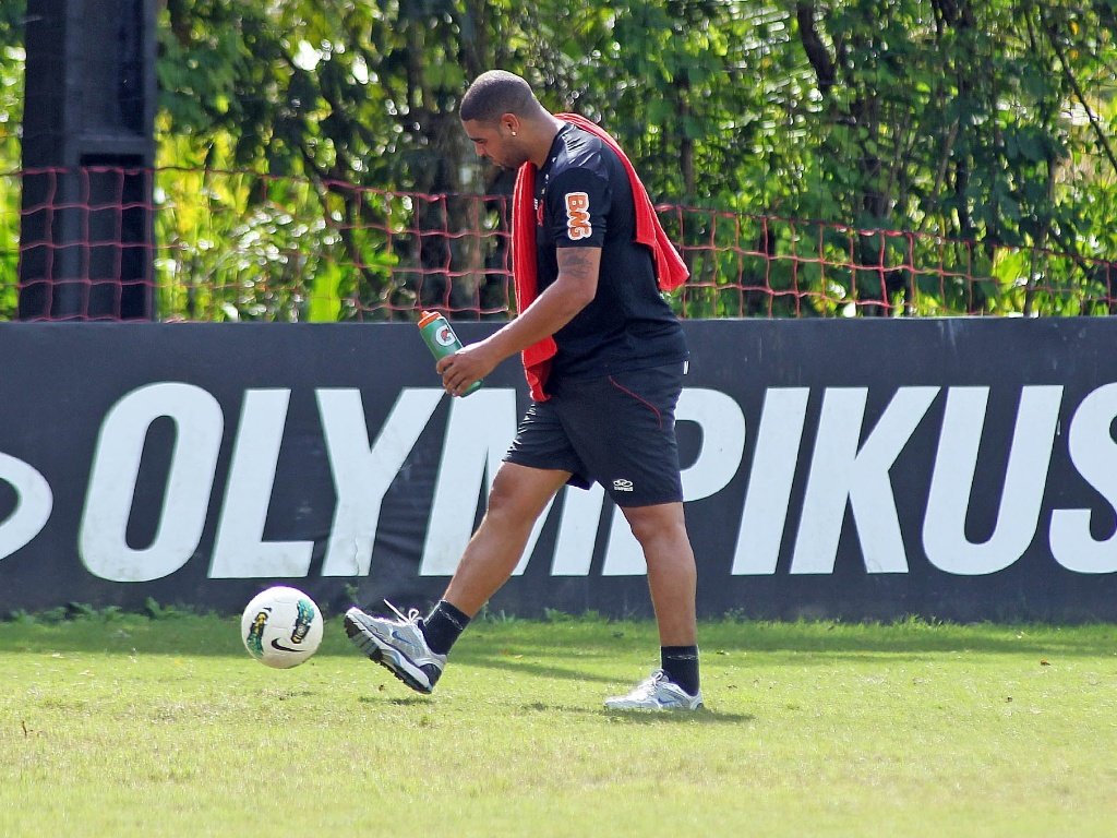 Adriano, em recuperao aps cirurgia, treina no Flamengo