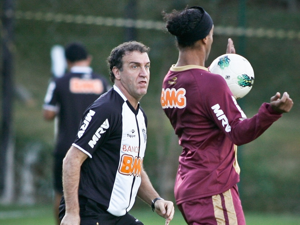 Cuca observa Ronaldinho Gacho em treino na Cidade do Galo, em Vespasiano (11/7/2012)