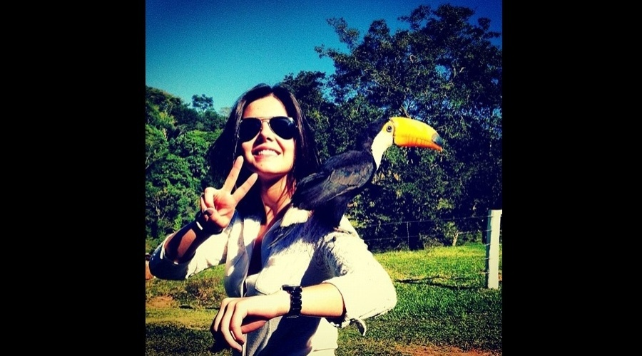 Giovanna Lancellotti divulgou uma imagem onde aparece com um tucano em um dos ombros (11/7/12)