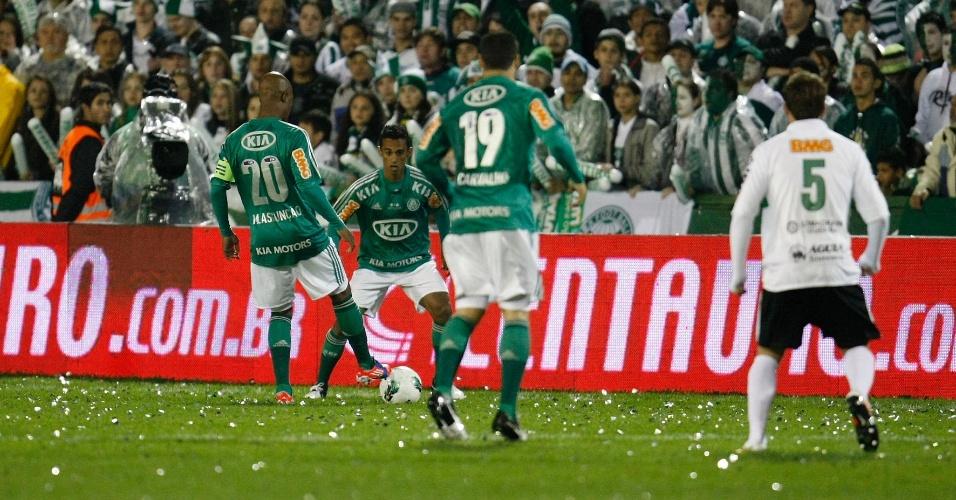 Jogadores do Palmeiras se preparam para uma cobrança de falta em lance da decisão da Copa do Brasil contra o Coritiba