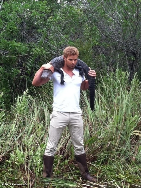 Kellan Lutz tira foto com jacar&#233; de 1,2 metros nos ombros (9/7/12)