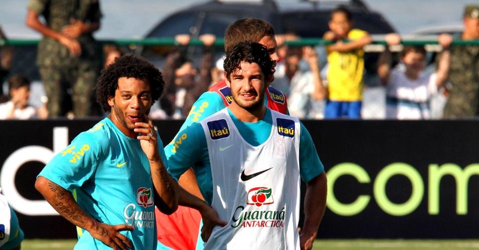 Lateral Marcelo e atacante Alexandre Pato em treino da seleção no Rio de Janeiro