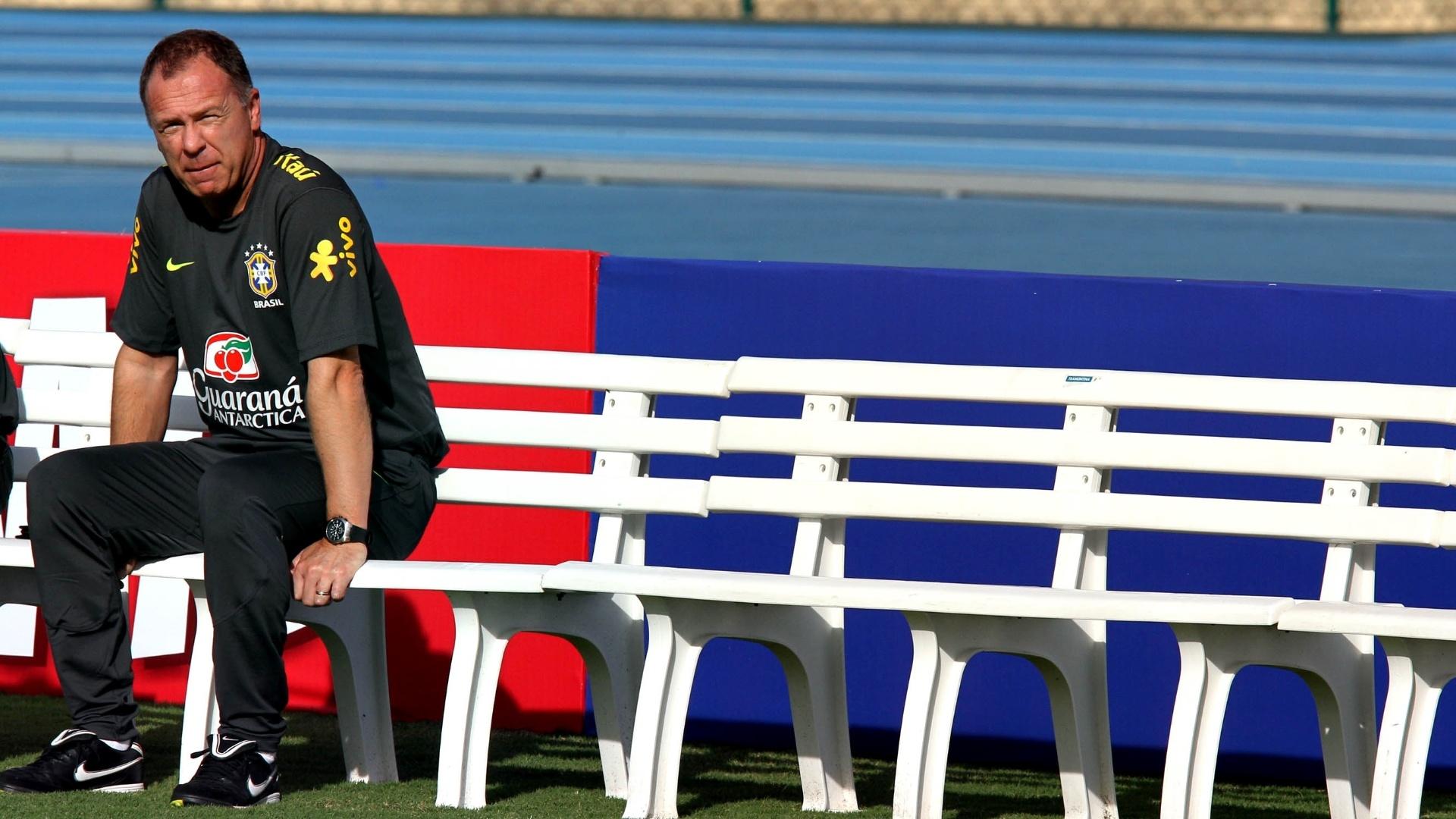 Mano Menezes comanda treino da seleção brasileia na preparação para os Jogos Olímpicos de Londres
