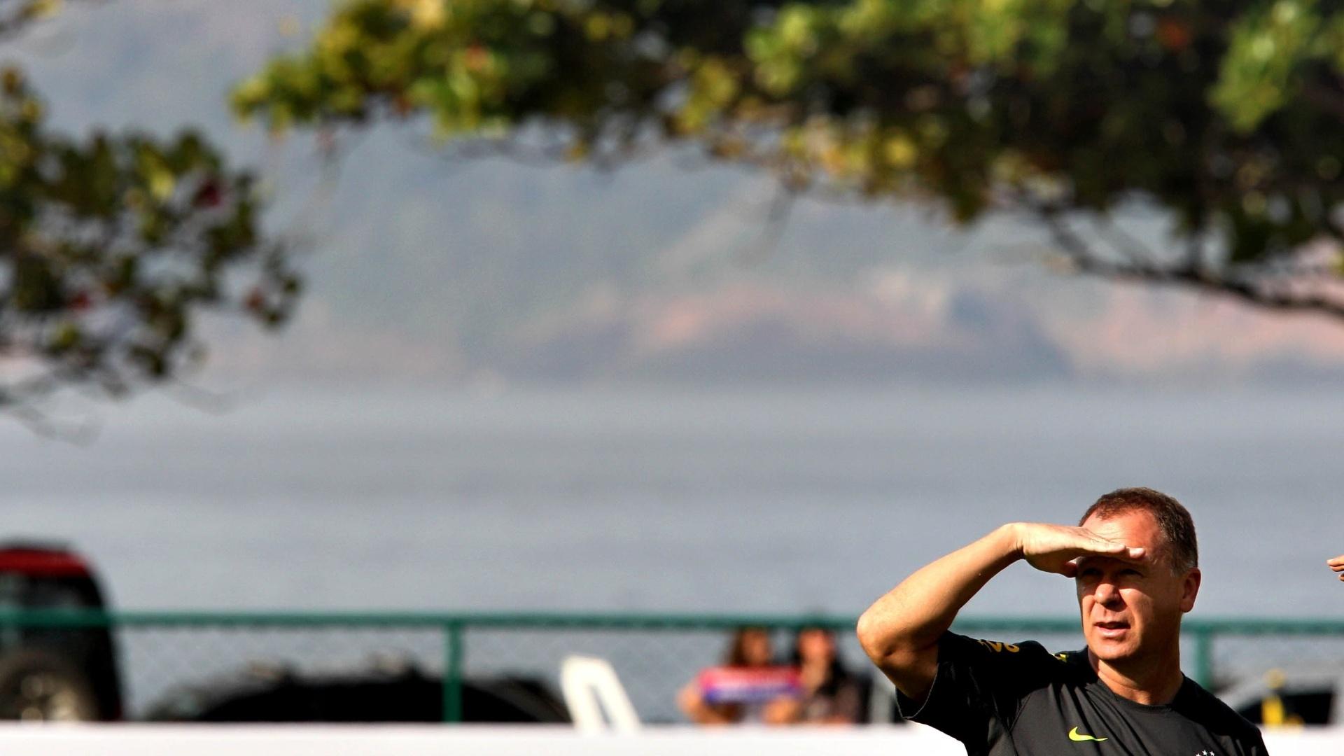 Mano Menezes observa treino da seleção brasileira para os Jogos Olímpicos de Londres