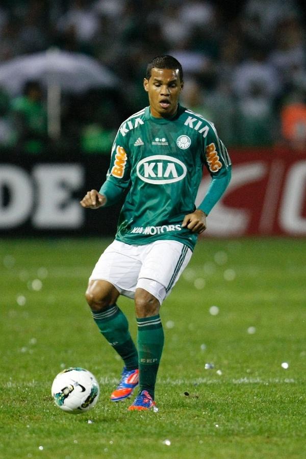 Mazinho tenta levar o Palmeiras ao ataque no Couto Pereira na decisão da Copa do Brasil contra o Coritiba