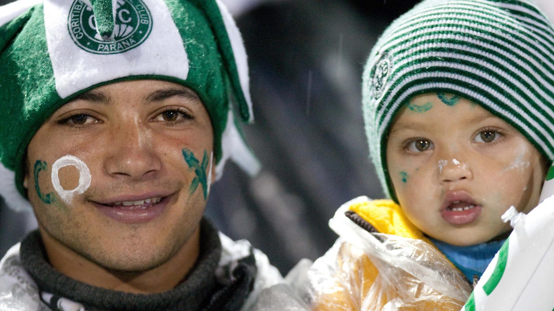 Nem mesmo o frio e a chuva espantaram o pequeno torcedor do Coritiba, que foi ao Couto Pereira para acompanhar a final da Copa do Brasil