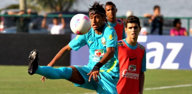 Neymar domina bola em treino da seleção brasileira no Rio de Janeiro