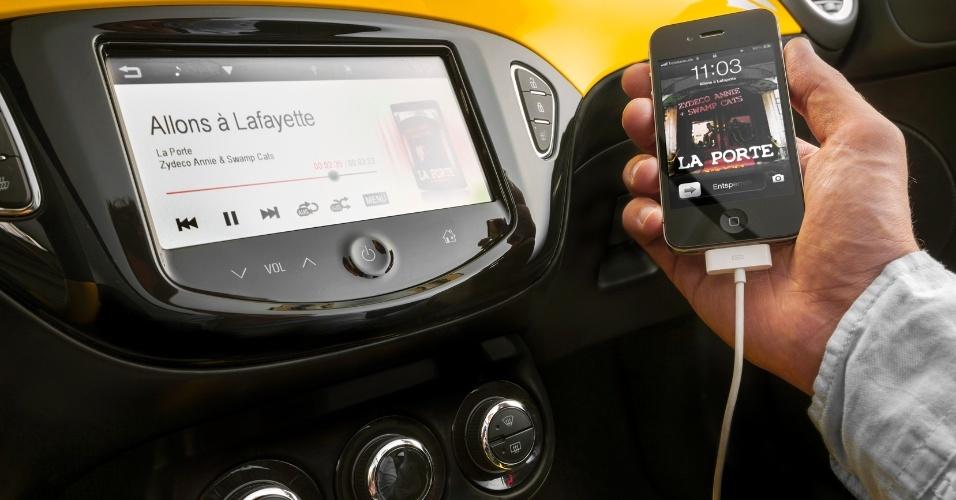 O carro também oferece tecnologias de segmentos superiores, como o sistema de entretenimento que se conecta a smartphones e internet